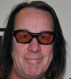 Todd Rundgren 22-06-1948 Amerikaans muzikant, singer-songwriter en muziekproducent.  Vanaf het volgende album, A Wizard, a True Star uit 1973, raakte Rundgren beïnvloed door progressieve rock en begon hij te experimenteren met drugs. Deze invloeden werden uitgediept met de band Utopia, die hij in 1974 oprichtte. Rundgren is ook een veelgevraagd producent, onder andere voor The Band, The Tubes, Meat Loaf en Bad Religion.  https://youtu.be/jI_oBXzLNmw