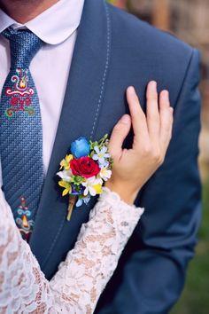Ženichova korsáž ve stejných barvách jako nevěstina parta je dokonalým doplňkem k modrému saku. Polish Wedding, Christening, Floral Tie, Diy And Crafts, Wedding Flowers, Wedding Inspiration, Wall Art, Weddings, Prints
