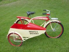 Trikes have become a bit of favorite with moto enthusiasts in the last couple of years. I for one only like the Trikes that come with wings and can take to the sky. But this is no Trike. In fact it is a bicycle that has a sidecar attached to it and. Velo Retro, Velo Vintage, Vintage Bicycles, Retro Bike, Old Bicycle, Old Bikes, Bicycle Wheel, Velo Beach Cruiser, Cruiser Bikes