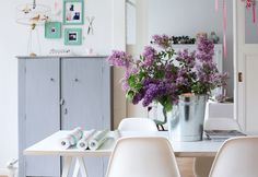 Love this clean, relaxing workspace