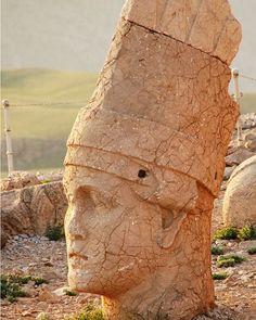 Una cabeza de Nemrut Turquia. #turquiaturismo #turquia #nemrut #turismo #viajes #viaje #viajero #viajeros #instaviajes #instaturismo #instatravel #travel #fotodeldia #foto #picoftheday #photooftheday