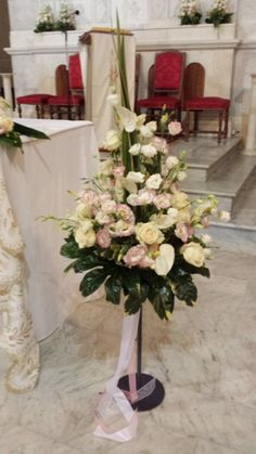 Decoration in white and pink on a stand