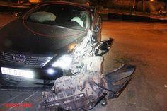 Nữ tài xế nhập viện sau khi điều khiển xe Toyota Camry đâm vào gốc cây lúc rạng sáng nay tại TP HCM