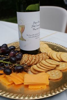 Grapes, Grape Juice & crackers to simulate communion. Wine bottle said - The Grace of the Lord Jesus Christ and the Love of God and the fellowship of the Holy Spirit be with you all Corianthians First Communion Favors, First Communion Party, Baptism Party, First Holy Communion, Baby Party, Première Communion, Communion Cakes, Communion Gifts, Communion Dresses