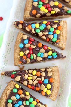 This Chocolate Peanut Butter Cookie Pizza is thick and delicious. The best cookies around with fun pops of chocolate color! Chocolate Peanut Butter Cookies, Peanut Butter Desserts, Köstliche Desserts, Delicious Desserts, Dessert Recipes, Yummy Food, Dessert Pizza, Dessert Bars, Baking Recipes