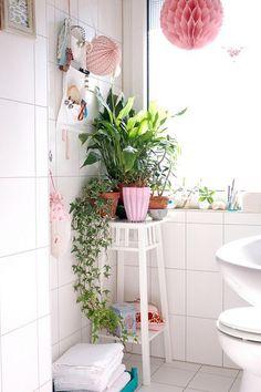 Las plantas siempre dan vida a las estancias y llenan los espacios de frescura, en el caso de los baños, la sensación que se consigue con ellas es aun mayor. Normalmente en los baños predominan los…