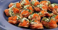 Laxcrostini med wasabi- och sojamajonnäs och forellrom Snacks, Shrimp, Cocktails, Appetizers, Meat, Recipes, Party, Finger Food, Fiesta Party