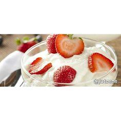 ¿Cómo preparar yogurt casero? El yogurt es un alimento al cual se le pueden dar múltiples usos; excelente para la piel, fácil de digerir, bajo en calorías y rico en calcio. Sin duda, es uno de esos grandes comodines que no pueden faltar en nuestra nevera. Prepáralo en casa, siguiendo estas sencillas instrucciones. Ingredientes 1 unidad de Yogurt natural 1 litro de Leche entera Preparación En una olla, coloca la leche y calienta hasta lograr los 80-90 grados (evita que llegue a hervir). Deja…