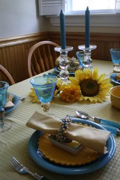 Lovely sunflower themed tablescape with blue tableware - This would be a lovely choice for a DIY sunflower themed wedding! To see more sunflower themed wedding items: http://www.squidoo.com/sunflower-weddings
