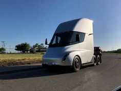 Another Tesla Semi spotting took place recently without the trailer attached seemingly heading back to Gigafactory after delivering goods to Fremont factory Ford Focus Electric, Electric Cars, Tesla News, Spacex News, Ev Charging Stations, Sustainable Transport, Tesla Roadster, Tesla Model X, Truck Design