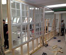 Skillevæg af gamle vinduesrammer