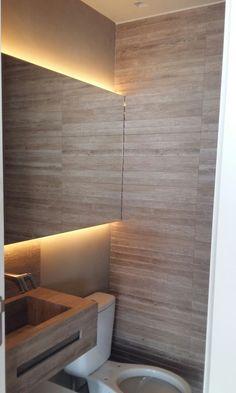 Projeto Ana Donadio - Lavabo com bancada em porcelanato que imita a madeira, o mesmo utilizado no piso. Detalhe na parede em porcelanato amadeirado e pintura efeito especial camurça