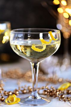 No one will be able to resist this softly sweet and smooth Twinkle champagne cocktail, so be ready to be mixing up this cocktail all night long! A great way to add a little sparkle to your celebrations. Champagne Cocktail, Prosecco Sparkling Wine, Signature Cocktail, Cocktail Drinks, Alcoholic Drinks, Beverages, Pear Martini, Vodka Martini, What Is Elderflower
