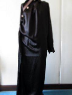 Abito nero lungo con bottoni gioiello senza etichetta