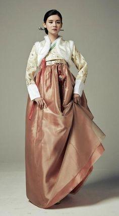 Seodamhwa - Wedding Hanbok designed by Song Hye-Mi - Traditional Korean Clothing (photo cropped) Korean Traditional Dress, Traditional Dresses, Korean Dress, Korean Outfits, Modern Hanbok, Minimalist Fashion Women, Country Dresses, Asian Fashion, Fashion Outfits