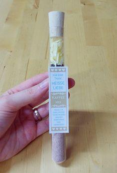 Gastgeschenke Hochzeit selber machen Reagenzglas Kaffee Mix Anleitung Etiketten aufkleben 1
