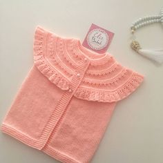 Let& end the day with our frilly vest. Baby Outfits, Kids Outfits, Baby Boy Knitting, Baby Knitting Patterns, Baby Cardigan, Bebe Baby, Crochet Patterns For Beginners, Baby Sweaters, Diy Clothes