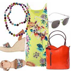 Un outfit dai colori vivaci e smaglianti che fa pensare a mete lontane. Abito scollo a V smanicato di linea diritta, in una variopinta fantasia floreale su fondo giallo, sandalo con zeppa e fascia multicolore, borsa arancio in pelle, collana super colorata, occhiali da sole.