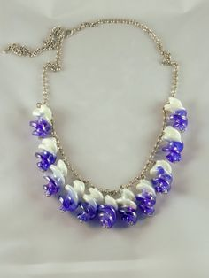 Collier en Murano torsadé blanc et bleu irisé suspendues sur chaîne à mailles rondes : Collier par jade-et-cristal-de-marie