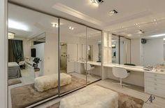 Mais que um closet, a sala de vestir proposta pela arquiteta Adriana Piva comporta uma bancada generosa para maquiagem. Quem queria assim? ☝☝☝