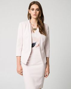 Add this sleek collarless blazer to your workwear. It will look fabulous paired with your favourite blouse and accessories!