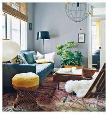 Sala de estar retro com paredes azuis