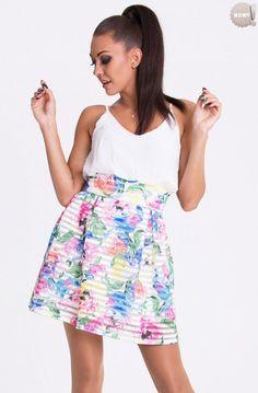 Sukienka typu bombka na ramiączkach, z dołem w wielokolorowe kwiaty. #sukienka #dzienna #kobieta #moda #trendy #biel #kwiaty