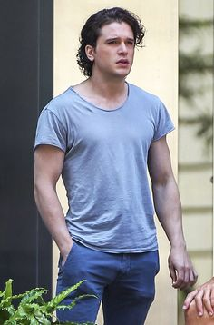 A smooth-faced Kit Harrington filmed an unknown project in Montreal. See other celeb pics!