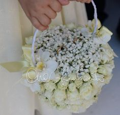 Romantico cestino portafedi tra le mani di un'irresistibile flower girl | Cira Lombardo Wedding Planner Ring Pillow Wedding, White Wedding Flowers, Wedding Planner, Flower Basket, Ring Bearer, Floral Arrangements, Centerpieces, Wedding Rings, Wreaths