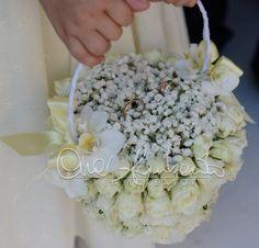 Romantico cestino portafedi tra le mani di un'irresistibile flower girl | Cira Lombardo Wedding Planner