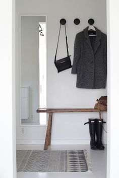 Awesome Scandinavian Inspired Entryway Decor Ideas - Page 12 of 46 Decoration Hall, Entryway Decor, Hallway Inspiration, Interior Inspiration, Design Inspiration, Halls, Entry Hallway, Black Hallway, Hallway Mirror