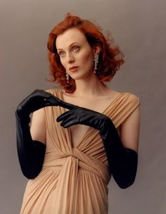 Jamie Hawkesworth shot Karen Elson wearing pieces from Tiffany Blue Book 2017 Collection for This Is Tiffany magazine cover story. This Is Tiffany, Spring/Summer Photography by Jamie Hawkesworth, styling by Camilla Nickerson. Karen Elson, Long Gloves, Black Gloves, Leather Gloves, Elegant Gloves, Fashion Model Poses, Gloves Fashion, Leather Design, Leather Fashion