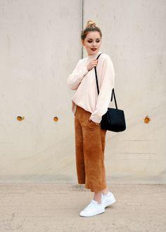 Coller Alltagslook mit brauner Culotte, blass-rosa Pulli & Stan Smith Sneakers #modeblog #fashionblog #ootd #altrosa #bun #messybun #25undfabelhaft #streetstyle