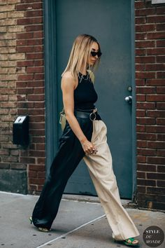 Descubra 5 dicas para apostar na tendência dos looks bicolores, que tem tudo para conquistar a moda em 2021 e 2022. Looks bicolores street style. Look bicolor street style. Look com calça bicolor street style. Two-tone pants black and white street style. Nyfw Street Style, Street Style Summer, Street Chic, Street Styles, Office Fashion, School Fashion, Summer Fashion Outfits, Casual Outfits, New York Summer