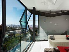 特殊的玻璃外觀,將舊金山的美景與陽光引入家裡,這間現代風格的家Flip House