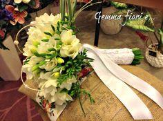 Bouquet da Sposa di fresie bianche, con rifinitura in raso e pizzo. Corsage, Table Decorations, Weddings, Bridal, Inspiration, Home Decor, Biblical Inspiration, Decoration Home, Room Decor