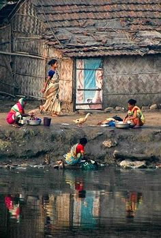 Women from Kolkata, India Working on Washing/Cleaning by a river Village Photography, Street Photography, Travel Photography, Poverty Photography, Amazing India, Rural India, India Culture, Slums, Life Pictures