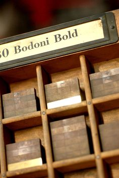 Detalle de matrices de la Ludlow Typograph en cuerpo 60 de la Bodoni bold.