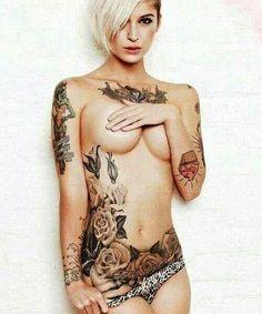 corps  de femme tatoué  ventre, buste, bras fleurs, gateau