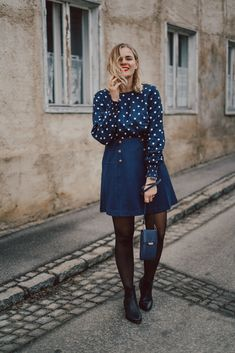 Parisian Chic, blauer Rock, Shirt mit Punkten, Elegant, Fashion Bloggers, Denim Skirt, Dresses With Sleeves, Shirts, Street Style, Long Sleeve, Outfits, Fashion Styles