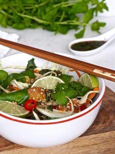 Aasialainen talvisalaatti sesongin raaka-aineista. Sisältäen paljon yrttejä ja veriappelsiinia Ramen, Vegetarian, Japanese, Ethnic Recipes, Food, Japanese Language, Essen, Meals, Yemek