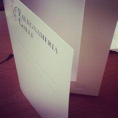 Gallweb Livigno è comunicazione a 360 gradi! Stampa cartellete personalizzate! #cartellette #falegnameriagalli #portadocumenti #mygallweb