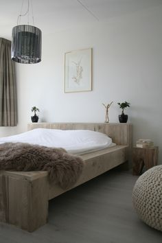What a lovely, yet simple, bed. It would be fairly easy to make this out of…
