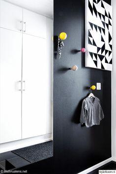 tuulikaappi,naulakko,musta seinä,musta,värikäs,kontaktimuovi,geometrinen,peili,sähkökaappi,diy,tee-se-itse,moderni,eteinen,säilytys,Tee itse - DIY