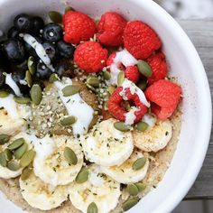 Happy Tuesday!! On this chilly Tuesday morning I bring you my pumpkin seed oatmeal!  Cooked rolled oats topped with my roasted pumpkin seed butter, pumpkin seeds, hemp heart seeds, fresh fruit🍌and coconut yogurt👌And yes I took this picture outside 🌧️️😬