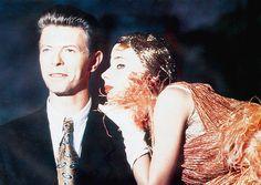 The Linguini Incident (1991)   Bowie s'est essayé à la comédie romantique en tenant le premier rôle dans ce film étrange qui raconte l'histoire de deux employés de restaurant (Bowie et Rosanna Arquette) qui complotent pour voler de l'argent auprès de leurs employeurs.
