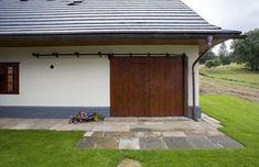 Dřevěná stodolová vrata lze otevřít klasickým posuvem - a společenská místnost Garage Doors, House Design, Country, Outdoor Decor, Home Decor, Google, Decoration Home, Rural Area, Room Decor