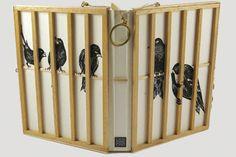 Among humans un livre en cage