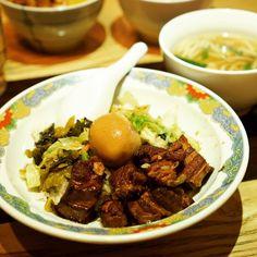 更に扣肉飯+ 担仔麺セット。高菜と炒め野菜に扣肉のバランスが良くて、うまい!私はこっちの方が好みだわあ。(A) 在日本錦糸町吃了扣肉飯和擔仔緬。這也很好吃!