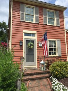 primitive home accessories wholesale uk primitive Wohnaccessoires Großhandel UK Saltbox Houses, Old Houses, New England Style Homes, Colonial House Exteriors, England Houses, Small Cottage Kitchen, American Houses, American Flag, Porch Steps